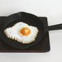 Low pixel CG 「焼き加減・目玉焼き」          2011  ceramic,ステーキ皿  30×22×5(cm)  個人蔵