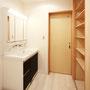2F洗面  バスタオルや洗剤だけでなく、着替えもおける収納を造作。