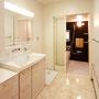 1F洗面  天井には洗濯ものを干せるように、ホスクリーンを取り付け、床材はお掃除がしやすい素材にしています。