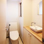 2Fトイレ  手洗い器、カウンター、鏡とこだわった癒し空間のひとつです。