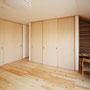2F寝室 大容量のクローゼットと、勾配の隙間も生かしたお化粧スペース。