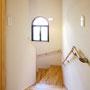 階段  階段は上り下りしやすくなるように設計。素材はフローリングと同じカバ桜を使用。