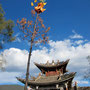 Der Fackelbaum vor der alten Theaterbüne auf dem Shaxi Square