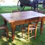 Table en pin avec 4 chaises fond en babiche pour un decor champetre  no.  765