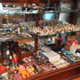 Présentoir rempli d'objets anciens  no. 28