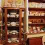 # 15 VENDU  Très beau vaisselier à 3 vitres bombées en chêne maillé. Miroir biseauté en haut du vaisselier.