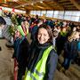 Birgit und ihre Kollegen sorgen dafür, dass die Reiter ihre Pferde problemlos in die Halle führen können