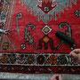 tappeto consumato frange Trieste, con €15,00 diventato come nuovo, da foto sto facendo doppio nodo per fermare frange.