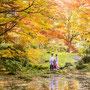 水面に映る紅葉と和装姿のお二人