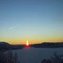 Die erste Sonne schiebt sich über den Berg