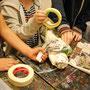 Mit Malerkreppband werden die einzelnen Teile umwickelt.