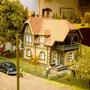 Eine vornehme Villa mit gepflegtem Garten.