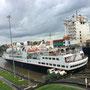 Ein Kreuzfahrtschiff, für dessen Passagiere die Fahrt durch den Panamakanal sicher ein grosses Erlebnis ist