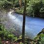 Der Zufluss färbt durch spezielle Mineralien und Licht den Bach blau