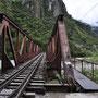 Eisenbahnbrücke und Fusspfad zum Machu Picchu