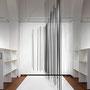 Dem Wind durchlässig, 2018, Raumzeichnung mit Metallstangen, Gummi, Tape und Schatten, 250 x 360 x 600 cm, Ausstellungsansicht Galerie im Körnerpark, Berlin