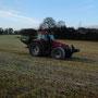 Afin d'avoir une herbe très riche pour faire un excellent foin pour nos animaux et après avoir fait des analyses de nos sols, l'engrais est épandu.