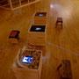 フィールドワークの写真をのぞけるのぞき箱。モニターを囲む素材はなんと…!