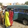 souvenirverkäufer belagern unseren bus
