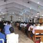 kirchenbesuch in agonda, die kirche ist früh morgens bis auf den letzten platz besetzt. wohl ein traum jedes schweizer priesters