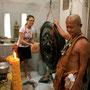 für unser glück und unsere gesundheit darf carmen dreimal auf den gong einschlagen