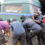 hafenarbeiter hieven unseren bus wieder in position.