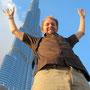 vor dem riesigen burj khalifa, dem höchsten gebäude der welt