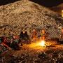 gemütliches zusammensitzen am lagerfeuer