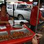 verkäuferin mit leckeren fleischspiessli