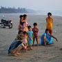 carmen unterhält sich mit einer indischen familie am strand