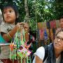 anstatt zur schule zu gehen, verkaufen kinder kitsch an touristen