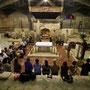 gottesdienst in der verkündungkirche. im hintergrund ist die grotte zu sehen, in der maria von ihrer schwangerschaft erfahren hat