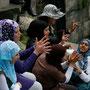 jugendliche singen lieder im alten theater von umm qais