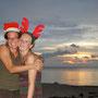zwei weihnachtshasen am strand