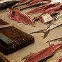 am fischmarkt werden auch gleich die fischli filetiert