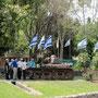am nationalfeiertag sind gedenkstätten an die kriegen gut besucht. stolz wird ein syrischer mini-panzer präsentiert