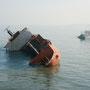 nicht alle schiffe erreichen den hafen sicher. haveriertes schiff auf dem weg nach ägypten