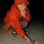 carmen ist wegen dem starken sandsturm zugepackt. die starken böen machen auch den jungen zu schaffen