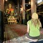 carmen bestaunt die vielen statuen