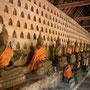 unzählige buddha figuren