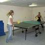 eva und carmen beim tischtennis spielen