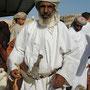 traditionell gekleideter omani, mit krumdolch und hirtenstock