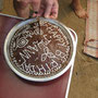 feiner schoggikuchen wird angeschnitten