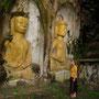 carmen bestaunt einige alte buddha's, die in den stein gehauen worden sind