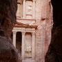 nach einer längeren wanderung druch eine schlucht erblicken wir die ersten grossen monumentalbauten
