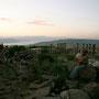 sonnenuntergang in umm qais. im hintergrund sind die golan höhen, israel, syrien und der see genezaret zu sehen