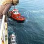 vor jeder hafeneinfahrt steigt ein lotse zu und die schlepperboote machen sich bereit für ihren einsatz
