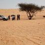 pause in einer der wenigen schattenplätze in der wahiba wüste