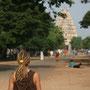 schlendern durch hampi. im hintergrund der grosse tempel