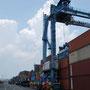 hier irgendwo unter den abertausenden container sollte unserer sein!!